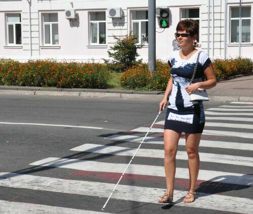 Незрячий пішохід переходить дорогу